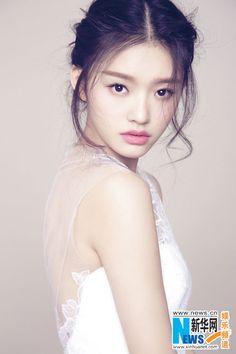 Rising star Lin Yun poses for fashion shots | China Entertainment News