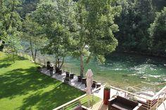 Hôtel de la Muse et du Rozier, in de Lozère, heeft een uitzicht dat al meer dan eeuw lang reizigers trekt. Uniek plekje aan het water inderdaad, dat panoramische terras naast de rivier de Tarn.