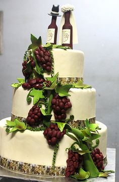 Even tha #wedding cake can be #wine themed!