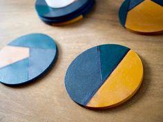 Une idée cadeau pour une crémaillère un peu de peinture et le tour est joué: Des dessous de verre géométrique !