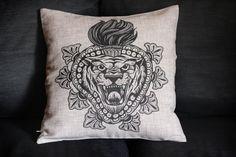 copri cuscino arredo 42x42 cm con stampa tigre di HardtimesTattoo