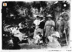 Sardegna DigitalLibrary - Immagini - Familiari di Pili con amici in gita in campagna, in attesa del pranzo sull'erba