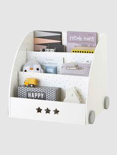 Conçue pour ranger spécialement les livres ou BD de face, cette étagère permet à l'enfant de les repérer facilement. DIMENSIONS : L 63 x H 59 x P 53