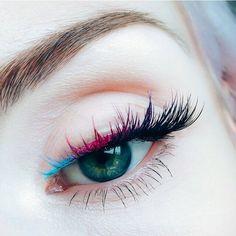 En el maquillaje no hay límites usar pestañas coloridas es una excelente manera de marcar tendencia y verte espectacular. - Prepárate para brillar y apuesta por los colores neón. - #Tumaqui #tendencia #eyemakeup