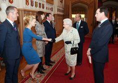 Pin for Later: Wenn Welten aufeinander prallen: Promis begegnen den Royals  Die Queen begrüßte Carey Mulligan im Schloss von Windsor im April 2013.