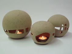 Windlicht für Teelichter in Kugelform mit Durchbrüchen