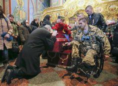 Heartbreaking scene at one of 1000s of funerals of young Ukrainian servicemen