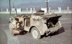 Un soldat d'une PK change le pneu de sa VW Kubelwagen crevé   by ww2gallery