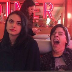 Camille Mendes and Cole Sprouse. Memes Riverdale, Riverdale Archie, Bughead Riverdale, Riverdale Netflix, Riverdale Veronica, Riverdale Funny, Betty Cooper, Sprouse Bros, Dylan Sprouse