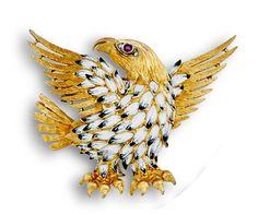 Broche águila años 50 con plumaje esmaltado y ojo de rubí y brillantes . En oro de 18K.  Peso:28 grs. Medidas:4,5 x 6 cms.
