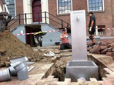 Voor de Hermitage is vandaag gewerkt aan de oversteek naar een nieuw watertappunt. Zal de aansluiting morgen, wanneer de teperatuur nog verder zal stijgen, al verfrissing bieden? [foto: menne vellinga ©2014 amsterdamfm]