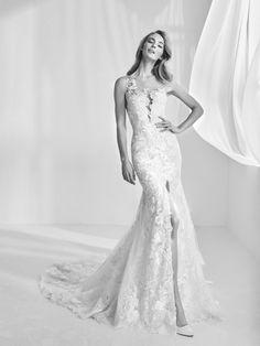"Wedding dress with plunging neckline - ""Ranisa"" Atelier Pronovias 2018 Haute Couture"