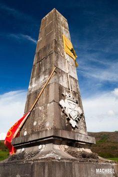 Monolito en recuerdo de la batalla en el Castillo de Amaiur Maya Ruta de los Castillos y Fortalezas de Navarra España 426x640 Ruta de los castillos de Navarra