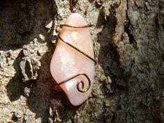 Collar de ópalo rosa envueltos en alambre por JunkyardJanglies