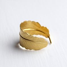 feather ring in gold color. It's adjustable.  Nickel free.