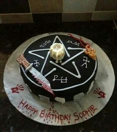 The ultimate Supernatural fan's birthday cake! Bolo Supernatural, Supernatural Birthday Cake, Supernatural Merchandise, Supernatural Necklace, Supernatural Christmas, Horror Cake, Themed Cakes, Sweet 16, Amazing Cakes