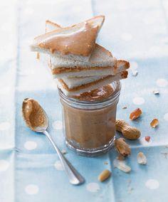 Beurre de cacahuète : 400 g de cacahuètes grillées non salées et non décortiquées + 2 CS HV tournesol + 1 cc rases de sel + 2 cc rases de sucre en poudre = Décortiquez et pelez les cacahuètes. Mettez-les dans le bol du mixeur. Mixez jusqu'à obtenir une poudre fine. Mixez de nouveau, la poudre va peu à peu devenir pâteuse. Mixez jusqu'à purée liquide. Ajoutez HV, le sel et le sucre. Mixez encore. le beurre de cacahuètes se conserve pendant 15 jrs