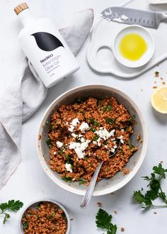 Bulgur salad with parsley and feta cheese – NeoleaStore Bulgursalat mit Petersilie und Feta – NeoleaStore Arugula Salad, Parsley Salad, Fish Marinade, Mixed Fruit, Grilled Meat, Salad Bowls, Feta, Stuffed Peppers, Cheese