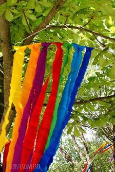 liebste schwester: Schnelle Deko zum Sommerfest oder für jede Party, bunte Bän… dearest sister: Quick deco for the summer party or for any party, colorful ribbons What you need: crepe paper, scissors, wire hanger (is there in the cleaning) Hippie Party, Festival Party, Diy For Kids, Crafts For Kids, Dear Sister, Summer Parties, Diy Party, Party Time, Birthday Parties