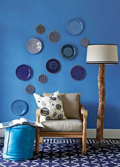 Versier 'n muur met blou borde en borduurrame. / decorate your wall with plates in differents shades and patterns of blue