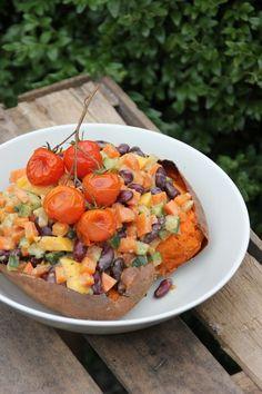Gebackene Süßkartoffel mit Erdnussgemüse. Mit Bohnen und Erdnussmus, Süßkartoffel und Gemüse, Mango und Tomate
