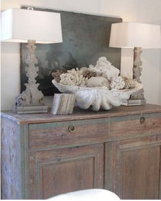Decorating on the Half Shell: Clamshells in Home Decor I need that giant clam shell. Beach Cottage Style, Beach Cottage Decor, Coastal Style, Coastal Decor, Coastal Entryway, Seaside Decor, Cottage Chic, Style At Home, Style Blog