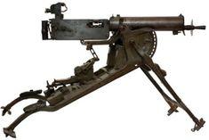Mitrailleuse Maxime MG 08 allemande, 1908 sur son affût-traineau. Calibre 7,92 mm. Cadence de tir : 500 coups par minute. Refroidissement à eau. Poids total : 52 kg. Alimentation par bandes souples de 250 cartouches.