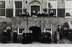 Oirschot - 1948 - Leden van de Boerinnenbond op het bordes van het raadhuis