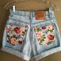 Découper des carrés de tissus et décorer les shorts à votre goûts!