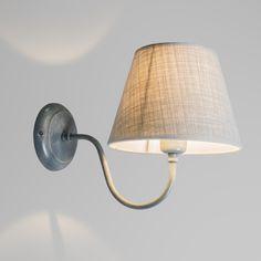 Wandleuchte Silea UP mit Schirm antik grau Wandleuchte im Landhausstil. Ein anmutig geschwungener Arm mit einem schönen Schirm mit feiner Stoffstruktur. Auch als Leselampe geeignet. #Lampe #Light #Wohnen #Innenbeleuchtung #Wandlampe