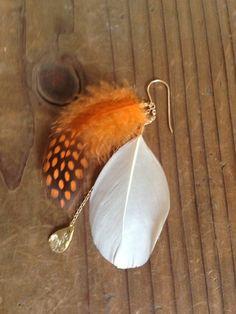 片耳用フェザーピアス。お色はオレンジになります。ホロホロ鳥とキジ鳥の組み合わせ。お肌に馴染みやすい色味。ベージュや白のコーディネートに、また色ON色のコーディ...|ハンドメイド、手作り、手仕事品の通販・販売・購入ならCreema。