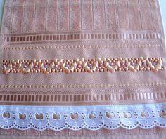 Toalha aveludada bordada com fita de cetim trançada e pedra imitando perolada da cor da toalha. <br>Acabamento com passa fita e fita de cetim.
