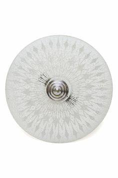 € 80,00 - Fraaie vintage hanglamp uit de jaren 60. Een ronde glazen schaal aan een (relatief) kort armatuur. Hierdoor hangt de lamp vrij dicht tegen het plafond aan. Dit kan handig zijn in ruimtes waar het plafond niet zo hoog is bijvoorbeeld.