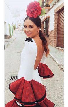 Traje de flamenca blanco con volantes rojos @yleniaruizdu @flamencasconarte Spanish Dress, Spanish Dancer, Spanish Style, Flamenco Dancers, Flamenco Dresses, Mode Simple, Feminine Dress, Black White Red, Traditional Dresses
