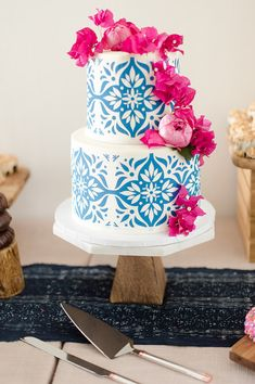 Floral Wedding Cakes Two-tier wedding cake with intricate blue design and bougainvillea accents. Gorgeous Cakes, Pretty Cakes, Amazing Cakes, Wedding Cake Fresh Flowers, Summer Wedding Cakes, Cake Wedding, Floral Wedding, Mamma Mia Wedding, Bougainvillea Wedding