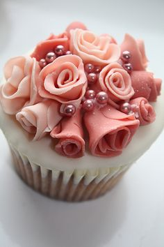 flowers and pearl cupcake
