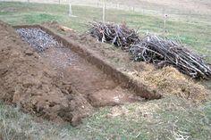 """La butte """"sandwich"""" permet la création d'un sol vivant Utilisation optimale et directe de la matière organique.  Semer directement après la réalisation de la butte (plantes voraces : tomates, courgettes, courges, choux) Pas d'intrants, juste de l'eau. Amélioration de la fertilité du sol."""