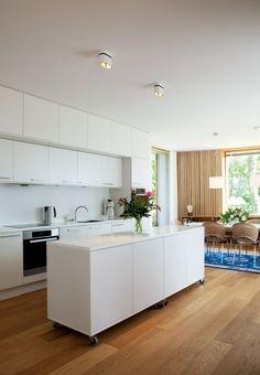 Nyt hus til den tredje alder Moveable Kitchen Island, Kitchen Island On Wheels, Modern Kitchen Island, Rustic Kitchen, Kitchen Room Design, Kitchen Redo, Kitchen Dining, Luxury Bedroom Design, Counter Design