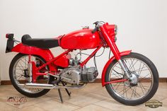 MOTO RUMI SPORT (2^ serie) Nazione: Italia Tipologia: Sport Anno: 1952 Tipo di motore: Bicilindrico a 2 tempi Cilindrata: 124,68 cc Potenza: 7 CV  Cambio: 4 marce Velocità massima: 100 Km/h Colore: Rosso con sella lunga nera