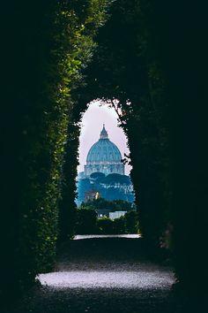 """Il """"giardino degli aranci"""" sul colle Aventino, da cui si guarda la Basilica di San Pietro, Roma, Italia."""