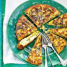 Courgettefrittata /  - 2 courgettes    - 3 el olijfolie     - 1 teen knoflook, geperst     - 1 bakje basilicum (15 g), alleen de blaadjes     - 8 eieren    - 50 g Parmezaanse kaas, geraspt