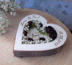 """Schöne Alternative zum Ring""""Kissen"""" Handgefertigter Ringhalter aus Holz mit vielen schönen Details. Die eingearbeiteten Blüten sind echte getrocknete Blüten, wie z.B. Schleierkraut und Rosen. Die..."""