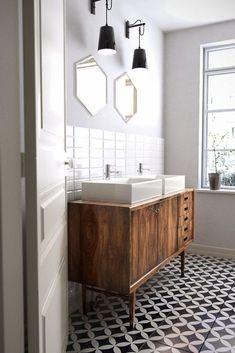 Best Modern Vintage Bathroom Design Ideas To Remodel Your Bathroom Bad Inspiration, Bathroom Inspiration, Bathroom Ideas, Bathroom Vanities, Remodel Bathroom, Bathroom Layout, Bathroom Colors, Bathroom Cabinets, Sinks