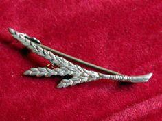 B8075 £SOLD (Mar 2013). Vintage Sterling Silver figural leaf brooch