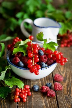 Fruits and Berries Summer Berries, Summer Fruit, Red Fruit, Fruit Art, Fresh Fruits And Vegetables, Fruit And Veg, Fruit Photography, Beautiful Fruits, Delicious Fruit