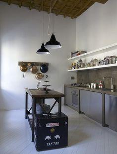 reforma cocina, estilo rústico, muebles de obra con acabado microcemento, mesa reutilizada como isla, suelo parquet pintado de blanco.