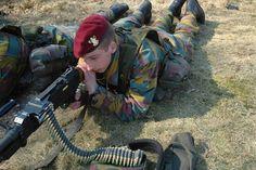 Dankzij een grote afvloeiing, omwille van het vervroegd pensioen, is Defensie in staat massaal aan te werven. Bovendien zien jongeren steeds meer toekomst in een militaire carrière dankzij de garanties die het Belgische leger hen biedt. Vooral in Limburg komen de vacatures niet ongelegen.