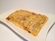 Como sabréis la lasagna o lasaña tiene su origen en Italia y denomina la pasta utilizada para hacer este plato. Para aquellos, pobres humanos, que no tengáis tiempo o posibilidad de elaborar la pasta en casa, tendréis que hacer como en este plato hemos hecho nosotros: decidiros entre la oferta del mercado, por un fabricante y escoger entre pasta pre-cocida o no. Por lo demás esta receta no tiene nada del otro mundo y la salsa de quesos es de lo más conocida. Probad de hacerla, os gustará!!