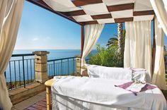 Hotel The Cliff Bay is zonder meer één van de beste hotels van Funchal, waar vele gasten jaar na jaar blijven terugkomen. De unieke ligging, uitmuntende keuken en perfecte service zijn slechts één van de vele pluspunten van dit absolute tophotel.    Het hotel heeft een prachtige tuin met 2 zwembaden. Één van de zwembaden is met zoutwater. U zult niet omkomen van de honger. Er is een buffetrestaurant en een à la carte restaurant met maar liefst één Michelin ster. Officiële categorie *****