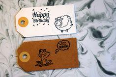 Vandaag deel ik de tweede make en take met jullie, namelijk de make en take gift tags. Gift tags of ook wel cadeau labels genoemd zijn super leuk om te gebruiken. Je kan ze aan een cadeautje doen, meesturen op een kaartje, gebruiken in snail mail of als lief berichtje in een lunchbox verstoppen voor een ander. Ik laat je zien hoe je simpele gift tags kan opvrolijken met leuke stempels.